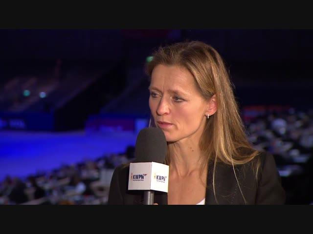 Charlotte Dekker aan tafel met Ine van Deurzen over de veterinaire eisen